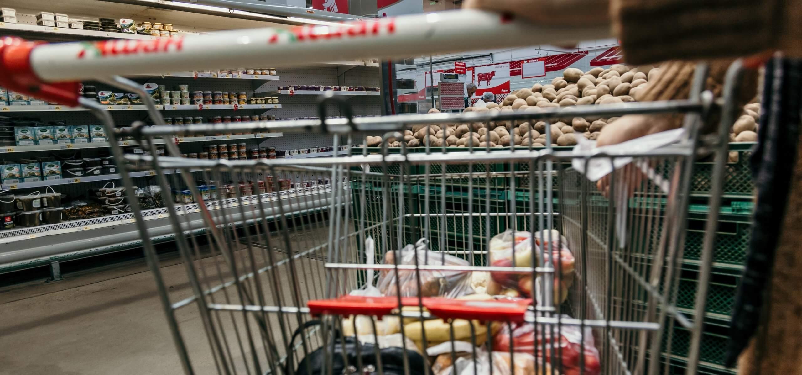 Einkaufswagen mit Lebensmitteln scaled