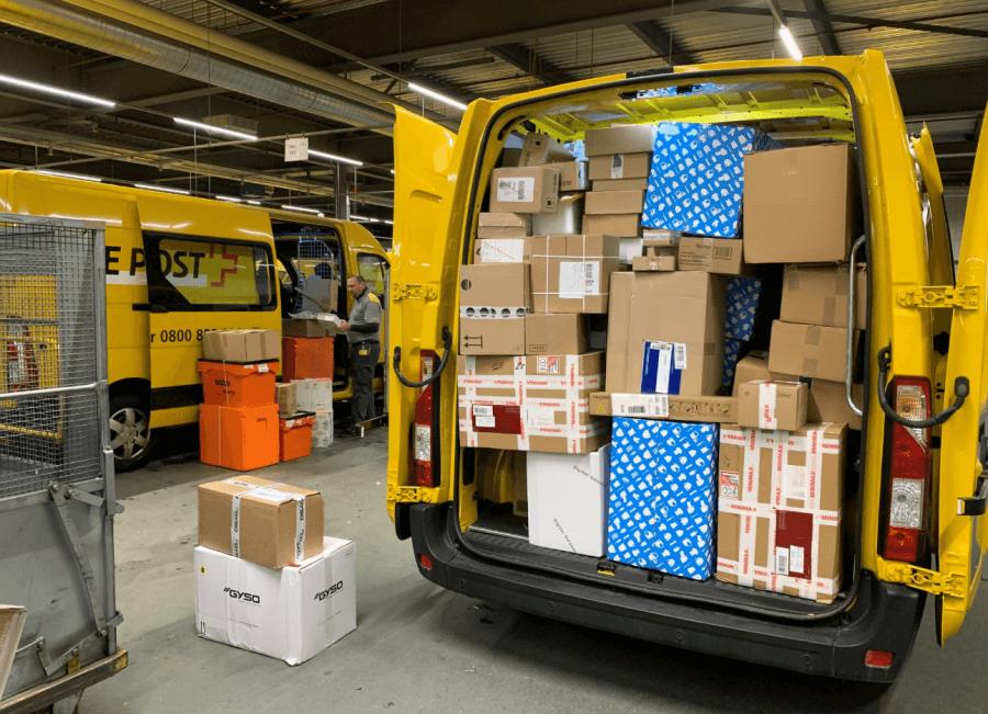 Postauto voller Pakete jpg